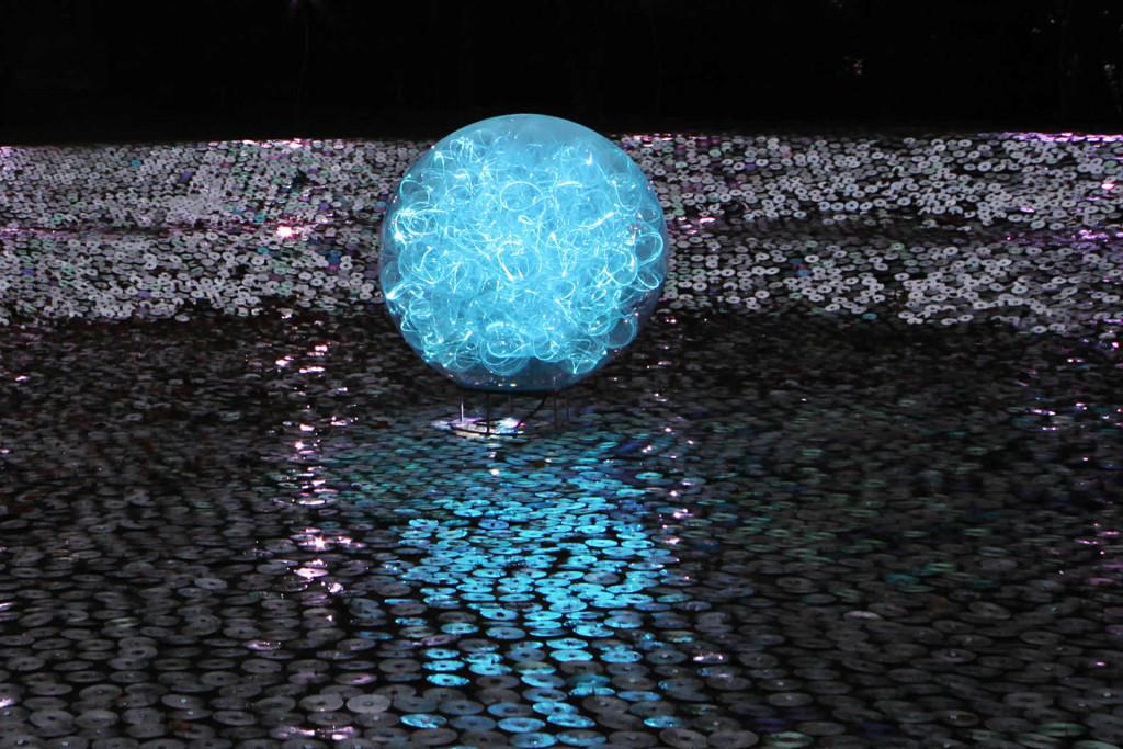 Blue moon Bruce Munro instalacja światło sztuka niezlasztuka.net